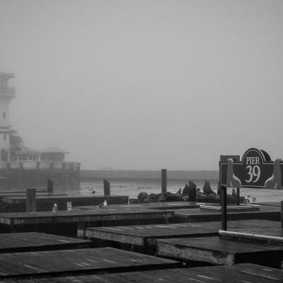 San Francisco, il Pier 39 avvolto nella nebbia.