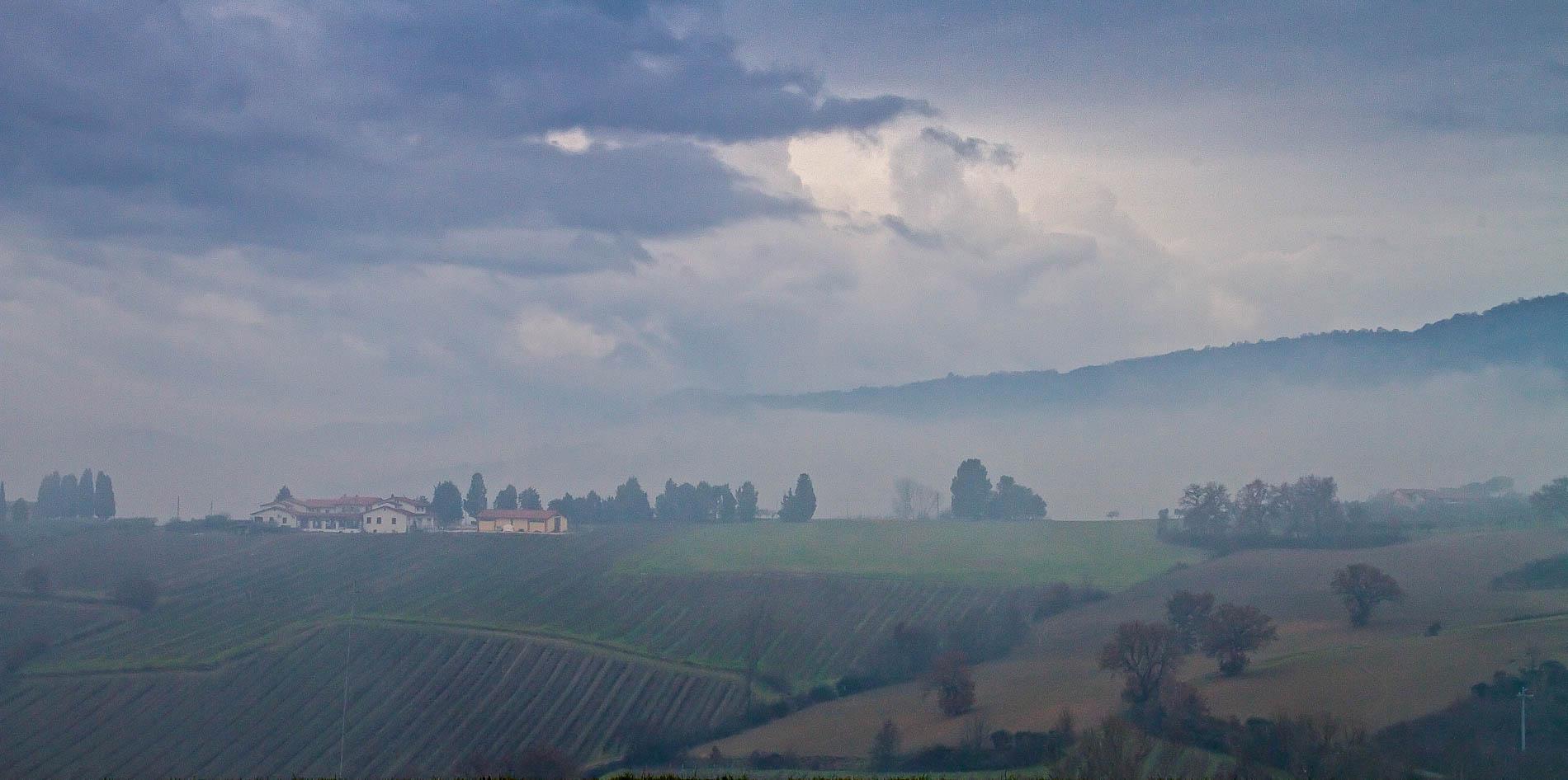 Umbria, paesaggio nella nebbia