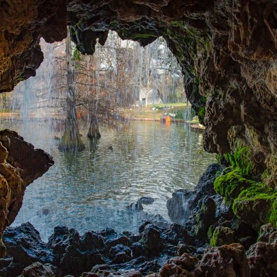 Parque del Retiro, Madrid. Grotta sul laghetto.