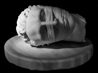 Igor Mitoraj, testa di marmo bianco di Carrara di San Giovanni Battista